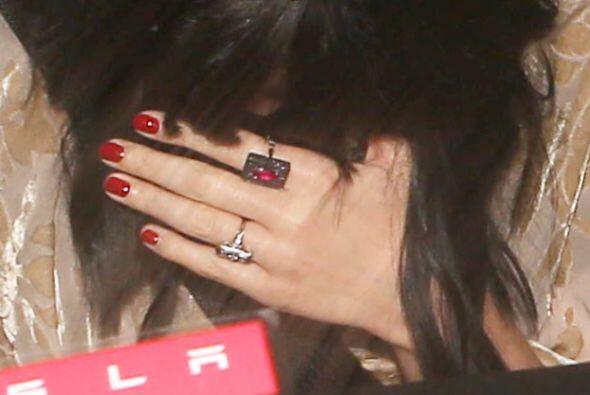 Pero una vez más, enseñó su misterioso anillo. Mira aquí lo último en ch...