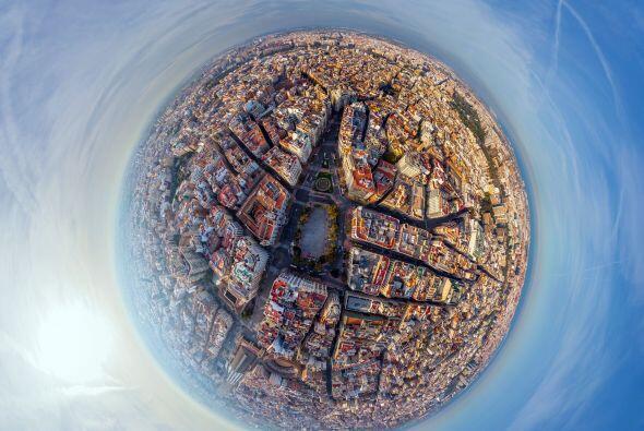 Muchos edificios alrededor de la Plaza del Ayuntamiento en Valencia, Esp...