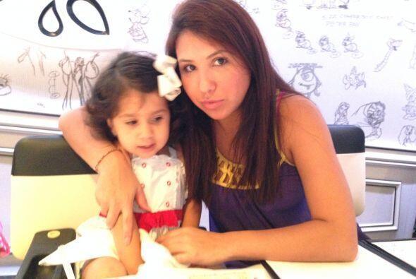 Isabella con su mamá