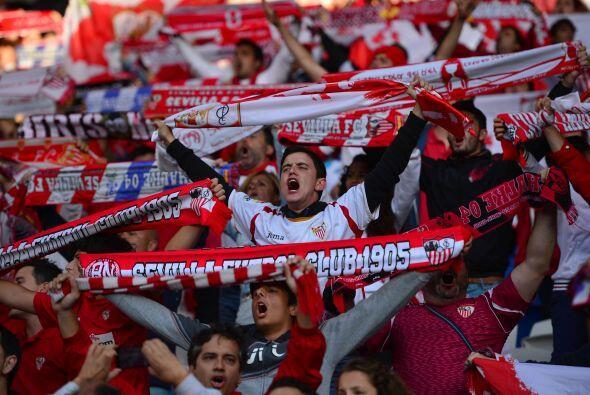 Los aficionados del Sevilla sabían que la tarea sería muy difícil pero n...