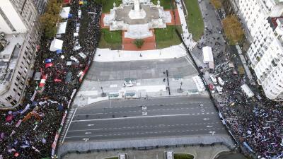 📸 La imagen de la división en Argentina: a la izquierda a favor del aborto, a la derecha en contra