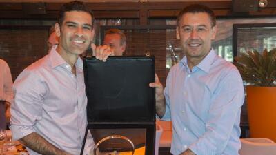 Márquez recibió un reconocimiento de manos del presidente del Barcelona...
