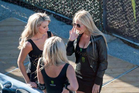 Les llaman 'Las Chicas de la Sombrilla' porque son las encargadas de pro...