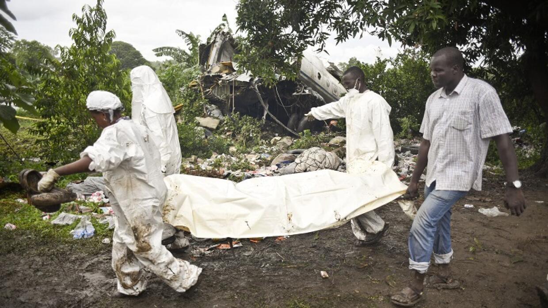 Las autoridades retiran un cuerpo del lugar del accidente.