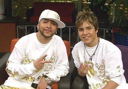 Abel y Jo Joe, cantantes de 'Los Súper Reyes' acompañaron a Cruz Martínez.