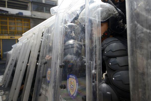 Los policías se escudan mientras los motorizados disparan a mansalva, as...