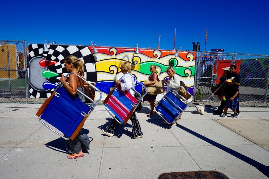 Camino a la playa, los visitantes se funden entre los coloridos murales.