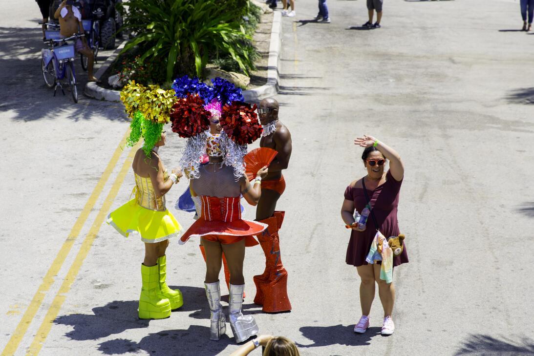 Los drag queens también dijeron 'presente' en el desfile con sus...