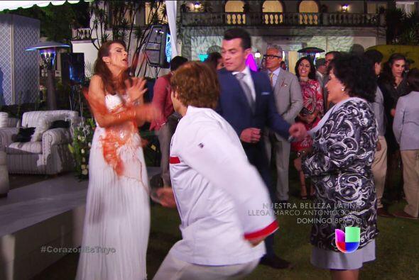 Ahora se disfrazó de mesero para arruinar la boda de Ana y Fernando.