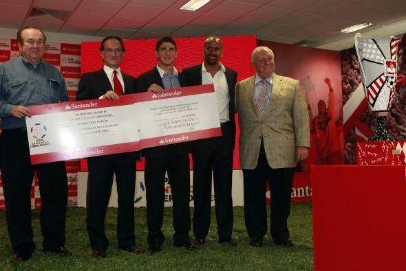 El trofeo y el cheque fueron entregados por Jesús Zabalza, director gene...