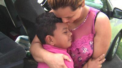 """""""Sentí que la vida volvió a mí"""": madre hondureña al reencontrarse con su hijo tras 52 días de estar separados"""
