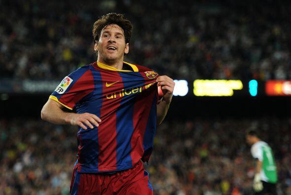 Al momento de festejar un gol, la 'pulga' muestra el escudo del Barcelona.