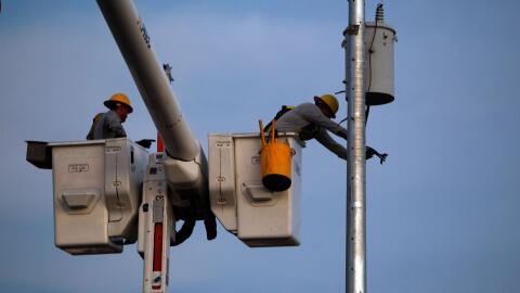 Técnicos de la Autoridad de Energía Eléctrica trabajan en el restablecim...