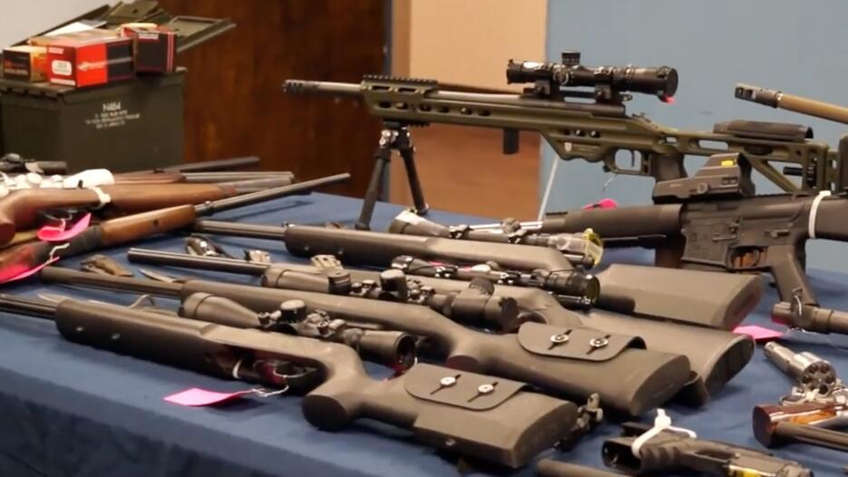 La policía también mostró 19 diversos rifles y escopetas decomisados en...