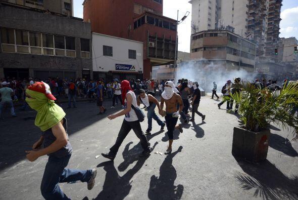 Los estudiantes desarmados salen corriendo porque les están lanzado gase...