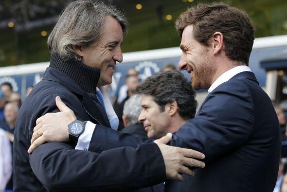 Los entrenadores Roberto Mancini y André Villas-Boas se saludaron antes...
