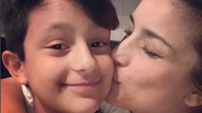La cantante Karina defiende a su hijo transgénero de las críticas en redes sociales