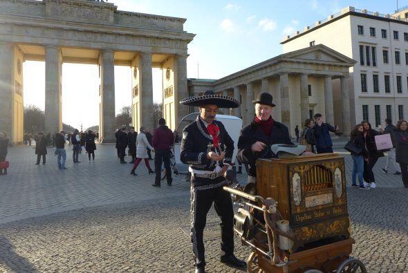 Mariachi organillero Puerta de Brandemburgo, Berlin. Siempre conviene ll...