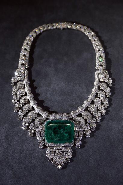 Y si lo tuyo es usar impactantes joyas ¿qué tal este collar? Es de plati...