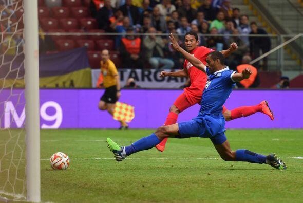Y cuando la gente apeneas se sentaba después del primer gol, llegó el se...