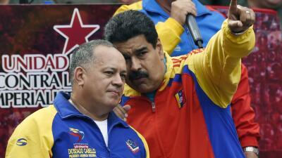 Diosdado Cabello (izquierda) junto a Nicolás Maduro durante un acto pros...