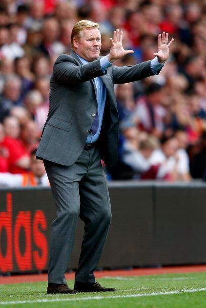 Ronald Koeman, entrenador del Southampton, le grita a sus pupilos que no...