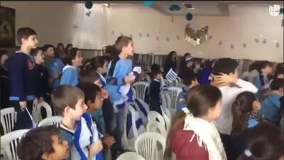 La pureza del fútbol; un grupo de niños celebra en grande el gol de Uruguay ante Egipto