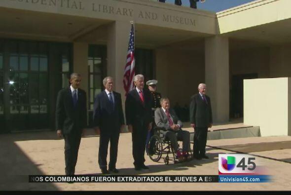 En un hecho histórico, los ex presidentes Jimmy Carter, George H.W. Bush...