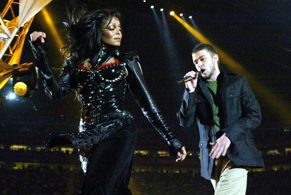 Cómo olvidar el 'outfit' que usó Janet Jackson durante el...