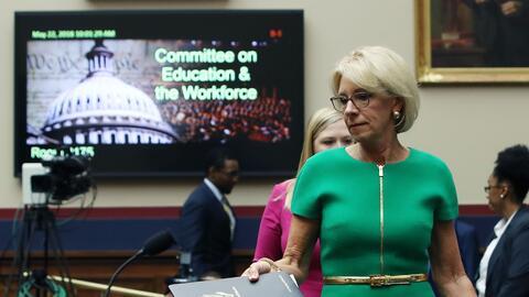 La secretaria de Educación, Betsy DeVos en una comparecencia ante...