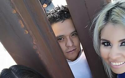 Liliana y Rogelio Domínguez se casaron en la barda fronteriza ent...