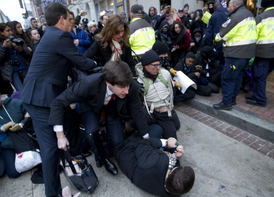 Algunos grupos de manifestantes –algunos de ellos se identificaron como...