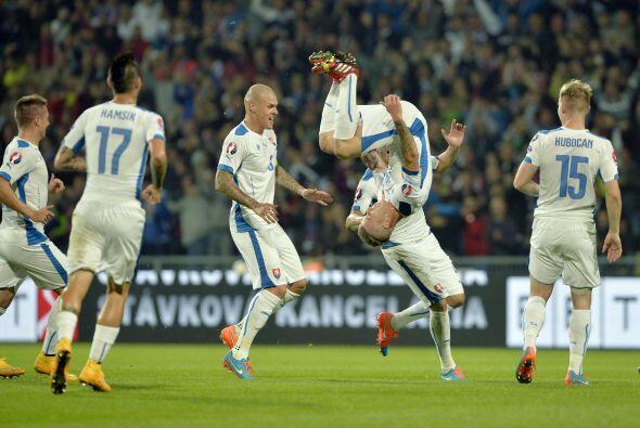 Juraj Kucka abrió el marcador en un potente disparo que fue mal medido p...