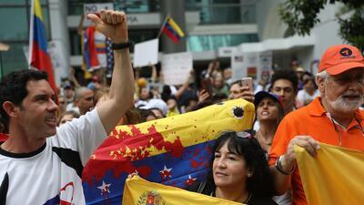 Un proyecto de ley bipartidista pide protección temporal para los venezolanos que huyen de la crisis de su país