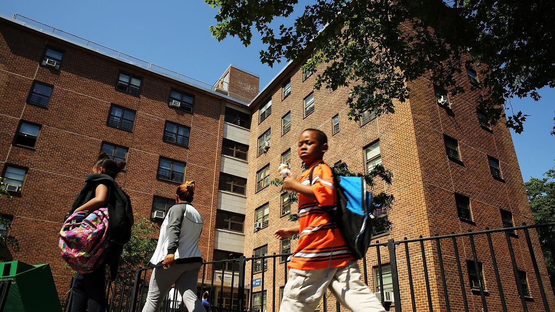 Edificio de vivienda social en East New York, vecindario que tiene una n...