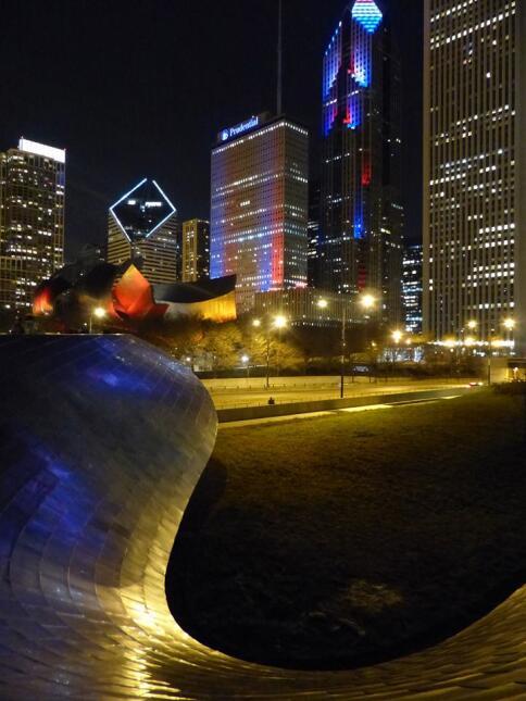 Varios edificios de la ciudad se iluminaron con los colores de la bander...