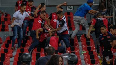 ¡Violencia en el Jalisco! Aficionados de Atlas se agreden entre ellos