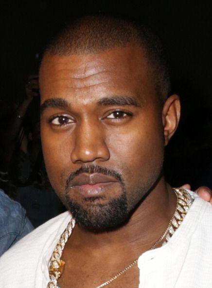 En el camerino de Kanye West tiene que haber una silla de barbero, bálsa...