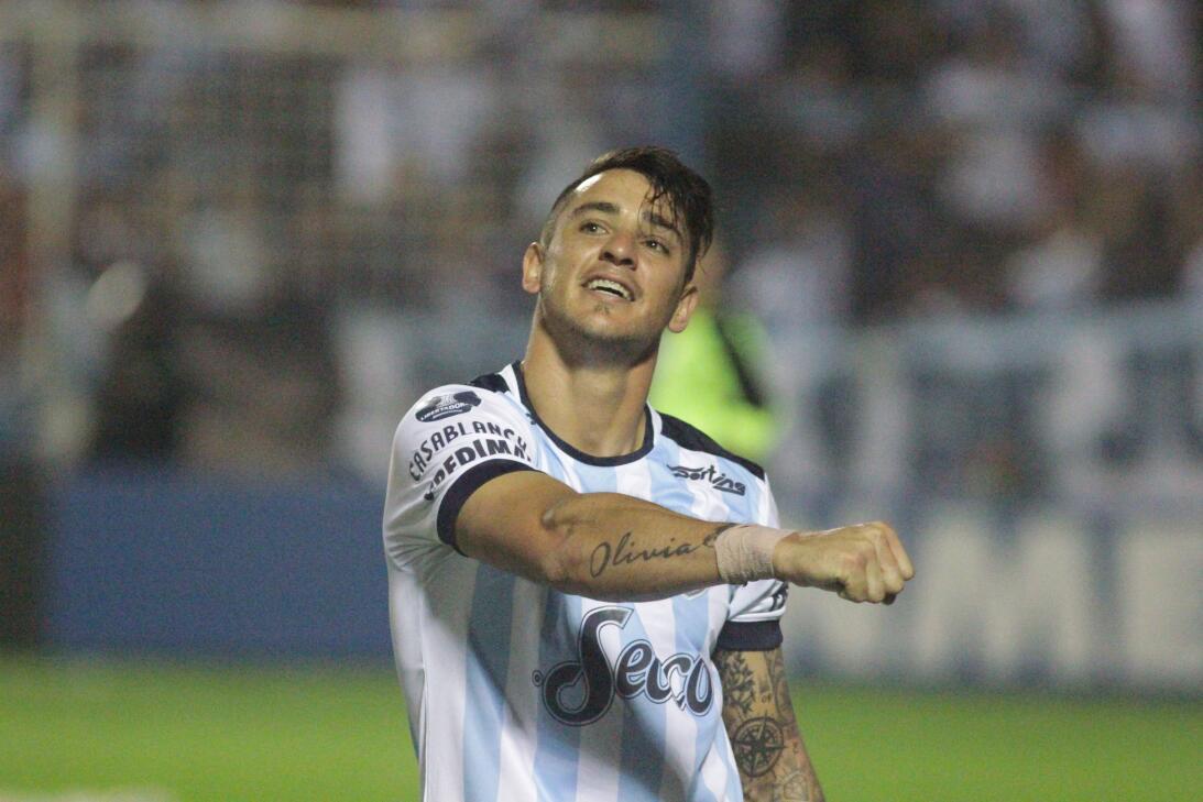 El goleador del Atlético Tucumán, Fernando Zampedri, es motivo de disput...