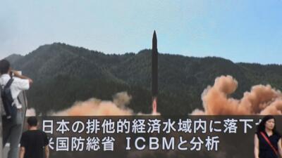 Lanzamiento de un misil norcoreano transmitido por la televisión japonesa.