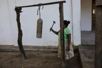 En la Mosquitia, el buceo es parte de la vida cotidiana. En la aldea pesquera de Kaukira, los fieles son llamados a misa con el sonido de un martillo que golpea un tanque de oxígeno vacío en lugar de una campana.