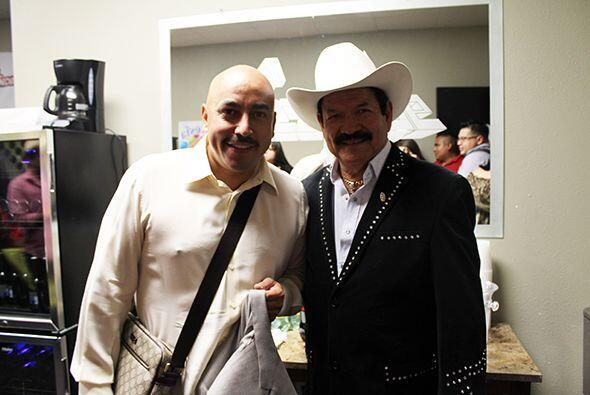 Y hasta para platicar y convivir con otros artistas, como Lupillo Rivera...