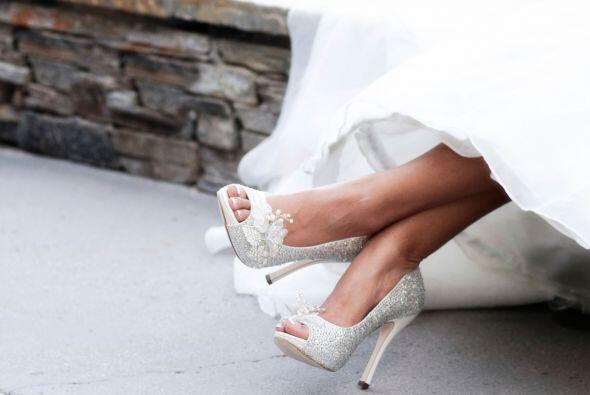 Algunas novias en Colombia ponen una moneda en sus zapatos como símbolo...