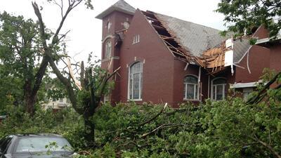 Captan fuerte tornado de Illinois en video