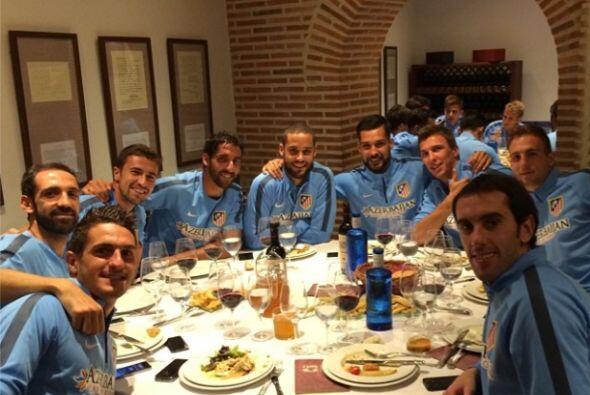 Mario Mandzukic colgó esta instantánea en una cena con sus nuevos compañ...