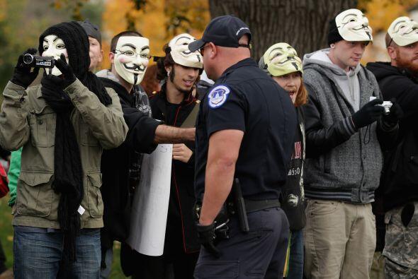 El movimiento Anonymous reunió a más de un centenar de personas para man...