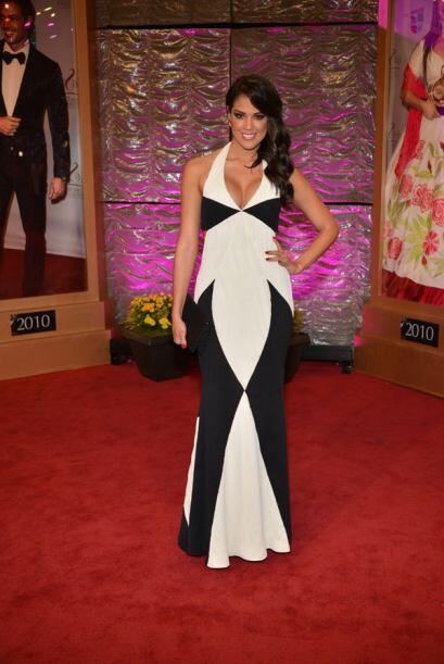 La bella Carolina Ramírez siguió la moda del blanco y negro.