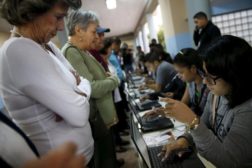 Votantes en un centro electoral en Caracas.