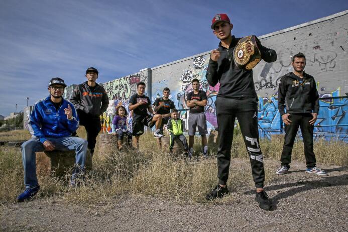 Oscar Valdez y José Benavidez enseñaron sus armas en Tucson, Arizona, pr...