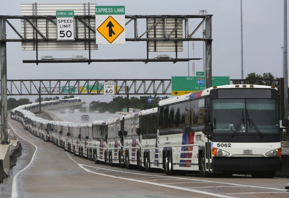 Autobuses esperan para evacuar a la población que pueda ser afect...